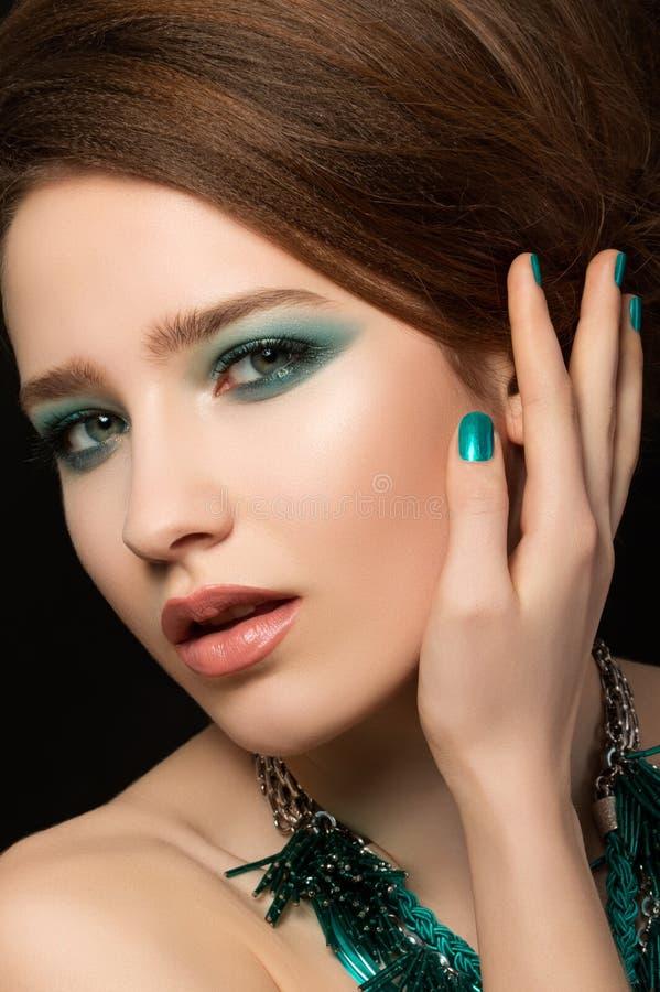 Porträt der herrlichen jungen Frau lizenzfreie stockbilder