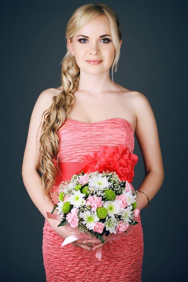 Porträt der herrlichen langhaarigen blonden Brautjungfer lizenzfreies stockfoto