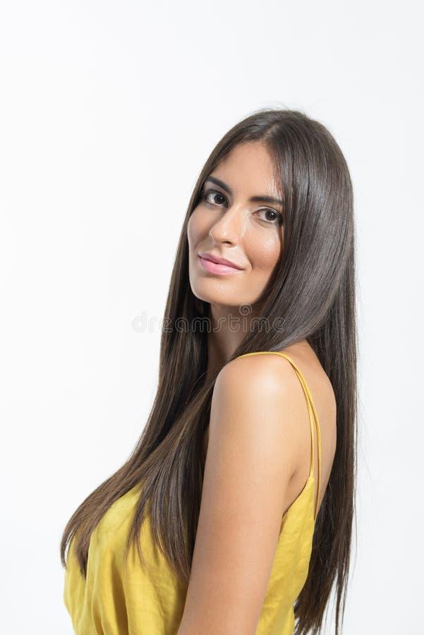Porträt der herrlichen Latinofrau mit dem langen geraden Haar lizenzfreies stockbild