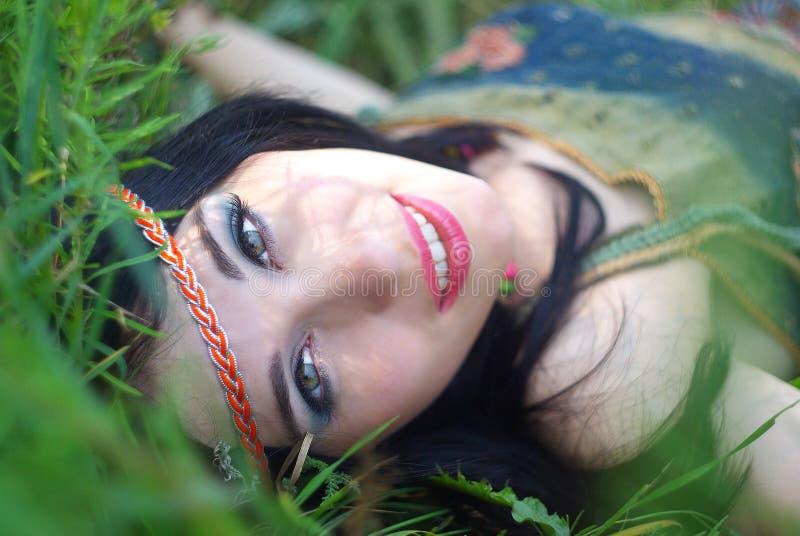 Porträt der Hippie aufwerfend im Freien stockfoto