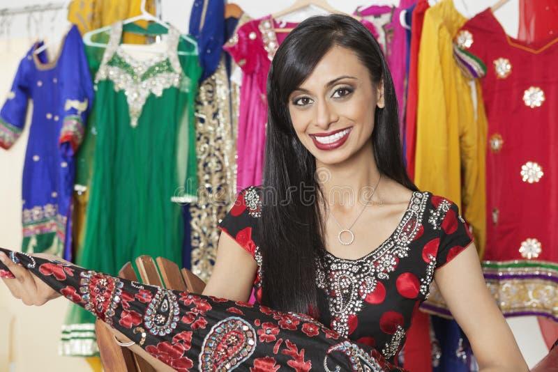 Porträt der indischen Damenschneiderin einen Stoff halten stockfoto