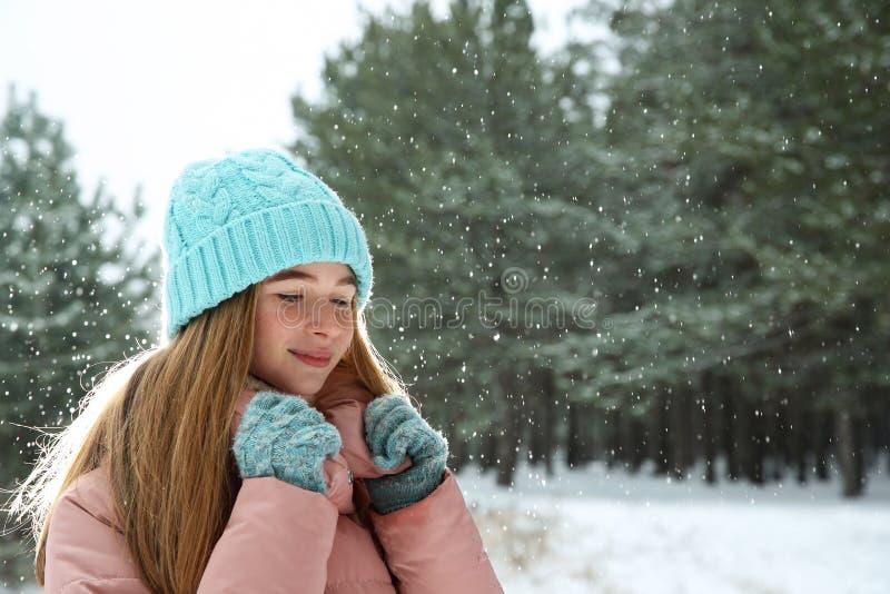 Porträt der Jugendlichen im Winterwald lizenzfreies stockbild