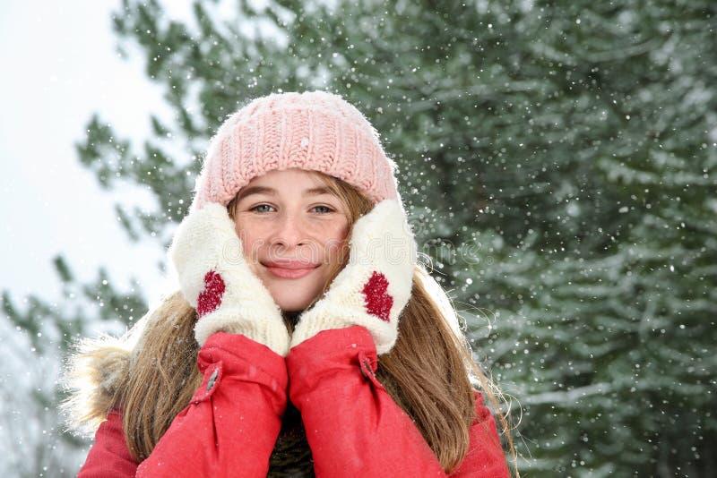 Porträt der Jugendlichen im Winterwald lizenzfreie stockbilder