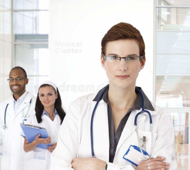 Porträt der jungen Ärztin lizenzfreie stockfotos