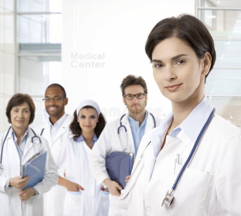 Porträt der jungen Ärztin lizenzfreies stockfoto