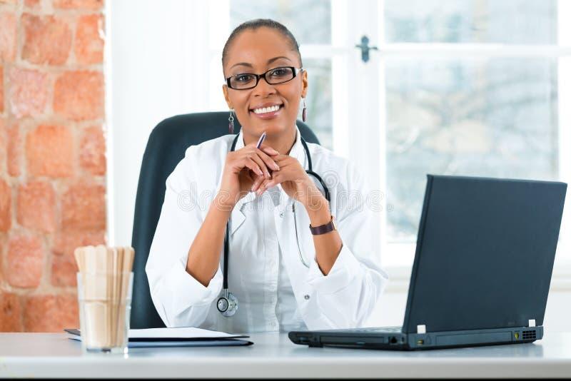 Porträt der jungen Ärztin in der Klinik lizenzfreie stockfotografie