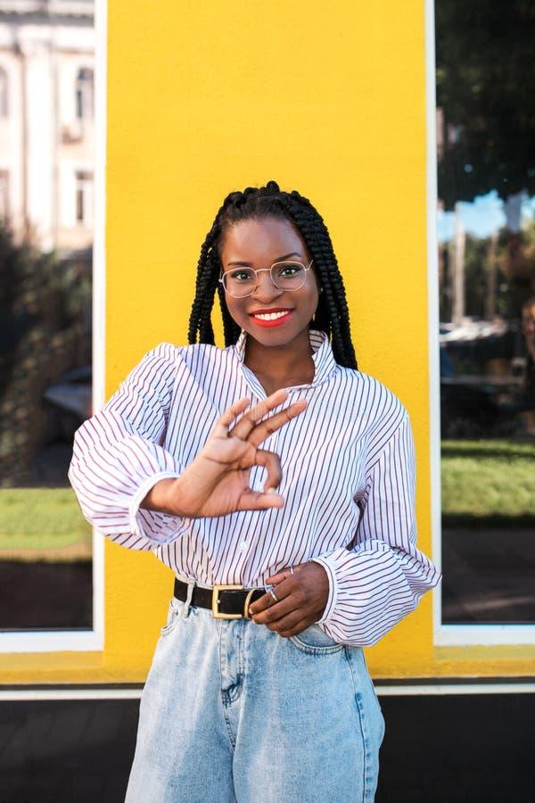 Porträt der jungen afroen-amerikanisch Frau in der Straße stockbilder