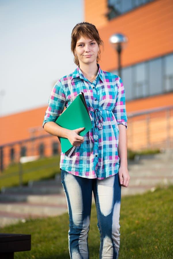 Porträt der jungen anziehenden Frau, die Bildung hält, bucht Schließen Sie herauf Schuß stockbilder