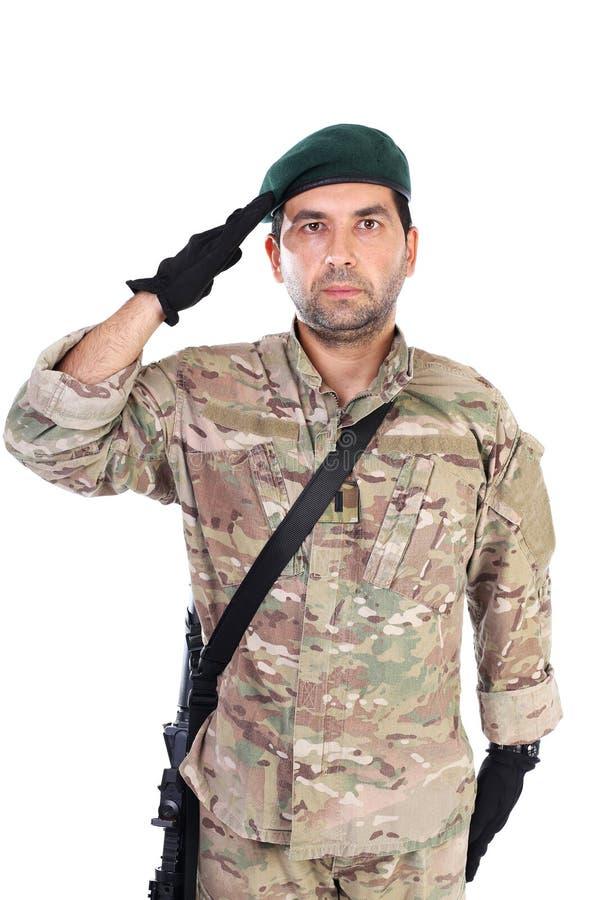 Porträt der jungen Armeesoldatbegrüßung lizenzfreie stockfotografie