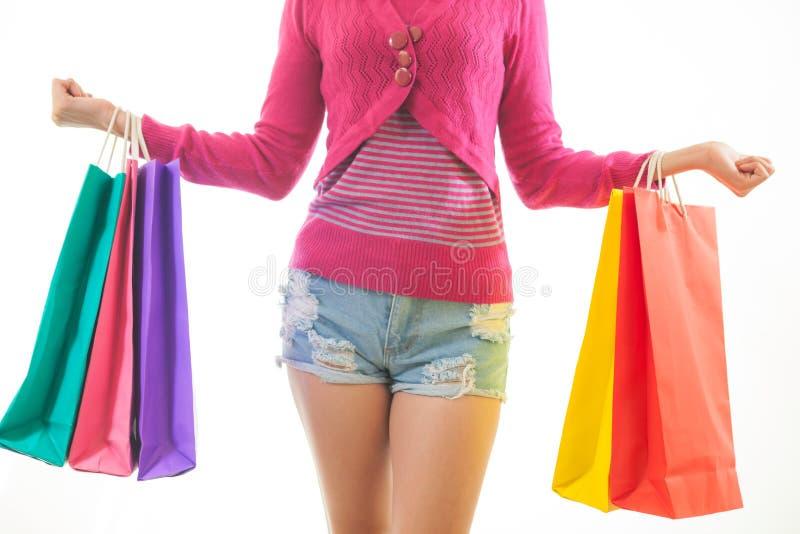 Porträt der jungen asiatischen Frau, die das Einkaufen hält lizenzfreies stockfoto
