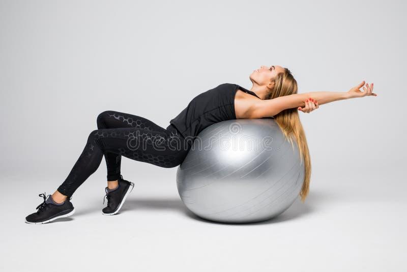 Porträt der jungen attraktiven Frau, die Übungen tut Frau mit dem Sitzkörper, der Eignungsball hält Reihe Übungshaltungen lizenzfreies stockfoto