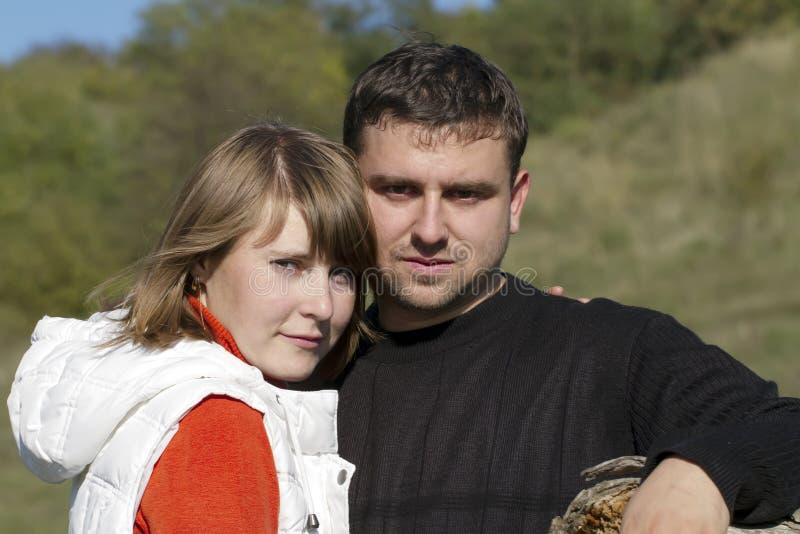 Attraktive Paare in der Natur lizenzfreie stockbilder