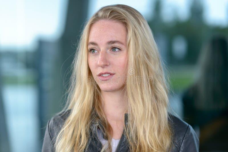 Porträt der jungen blonden langhaarigen Frau stockbild