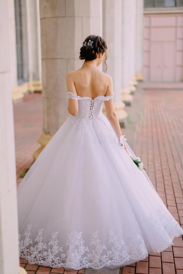 Porträt der jungen Braut nahe Spalten stockbilder