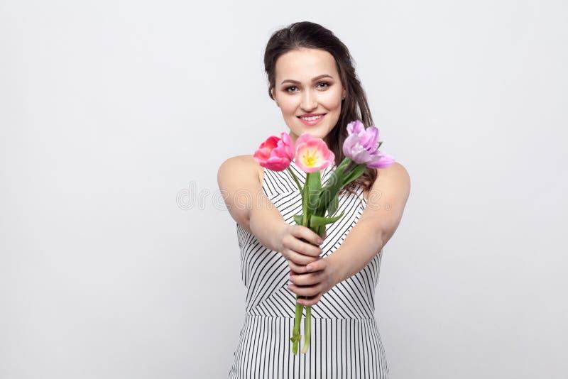 Porträt der jungen brunette Schönheit mit Make-up im Weiß stockbilder