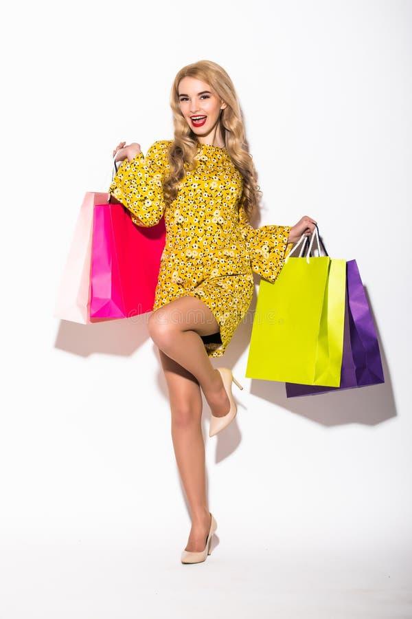Porträt der jungen einiger Frau halten shoppingbag lizenzfreies stockfoto