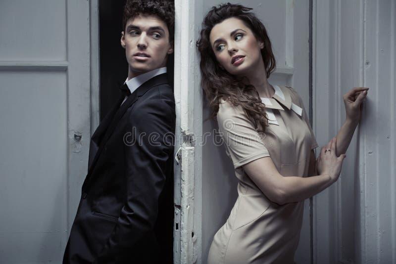 Nackte Paare, Die Im Tropischen Wald Umarmen Stockfoto