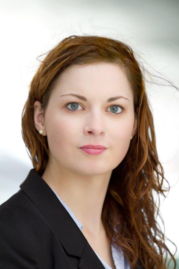 Porträt der jungen erwachsenen Geschäftsfrau kleidete im blauen Hemd und im Schwarzanzug an stockfotos