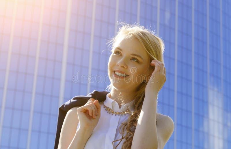 Porträt der jungen europäischen Frau außerhalb des Tappens ihres blonden Haares zurück in Platz lizenzfreie stockfotos