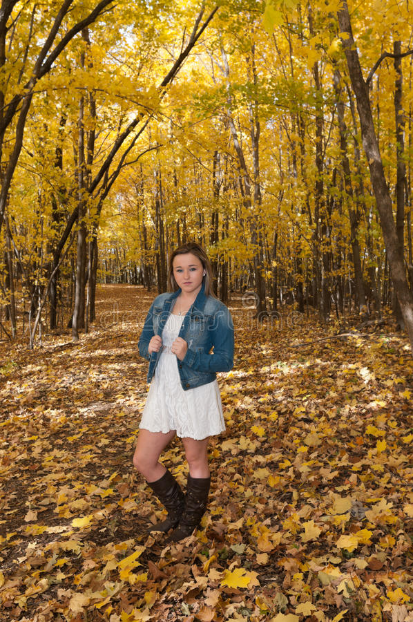 Porträt der jungen Frau auf Forest Trail stockbilder