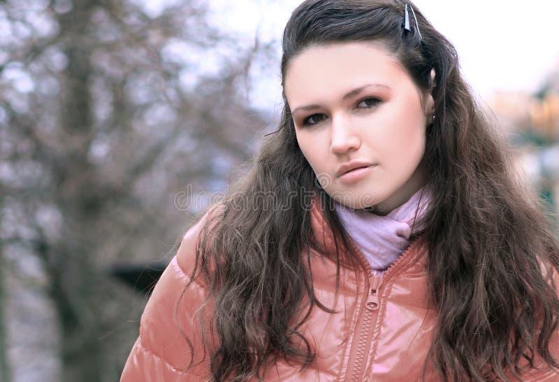 Porträt der jungen Frau auf Hintergrund einer Winterstadt lizenzfreies stockfoto