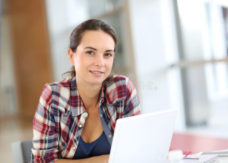 Porträt der jungen Frau auf Laptop lizenzfreies stockfoto