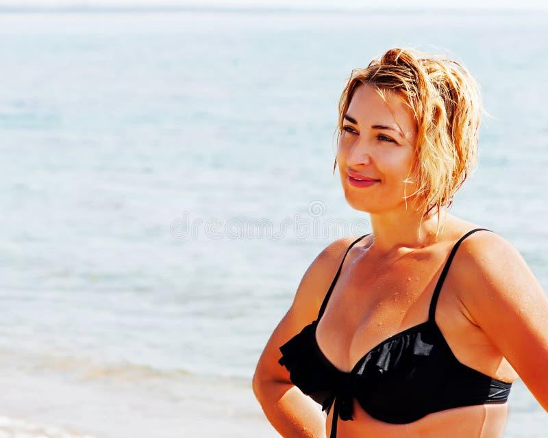 Porträt der jungen Frau auf Strand lizenzfreie stockbilder