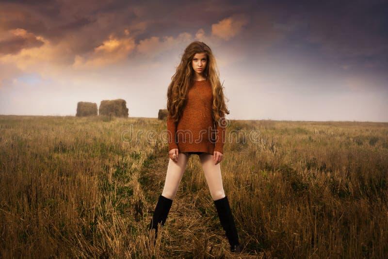 Porträt der jungen Frau in der Landschaft stockfoto