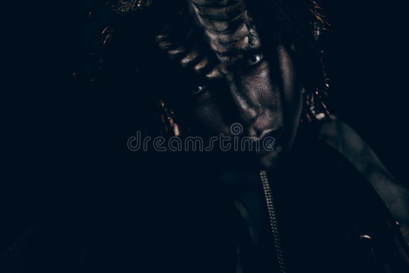 Porträt der jungen Frau im Bild des außerirdischen Ausländers mit stockfoto