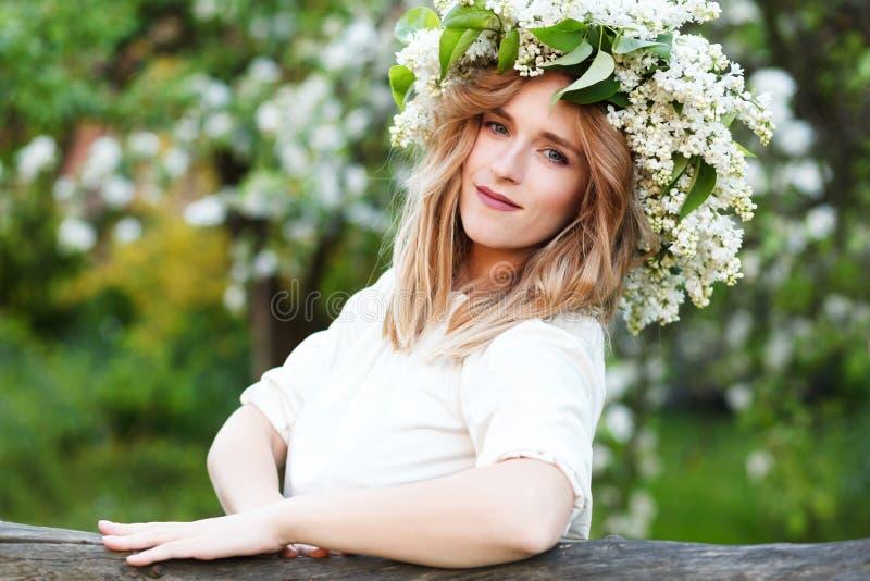 Porträt der jungen Frau im lila Kranz stockbild