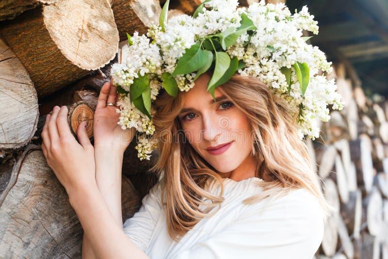 Porträt der jungen Frau im lila Kranz lizenzfreie stockbilder
