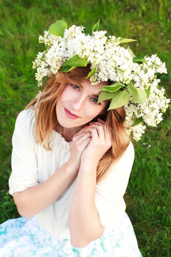 Porträt der jungen Frau im lila Kranz stockfoto