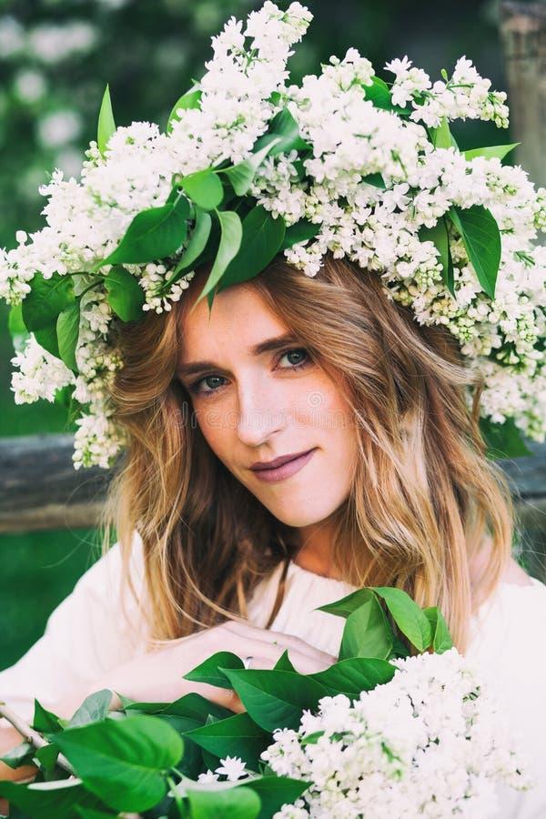 Porträt der jungen Frau im lila Kranz lizenzfreie stockfotos