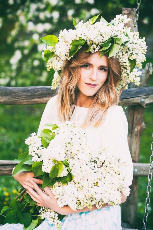 Porträt der jungen Frau im lila Kranz stockfotografie