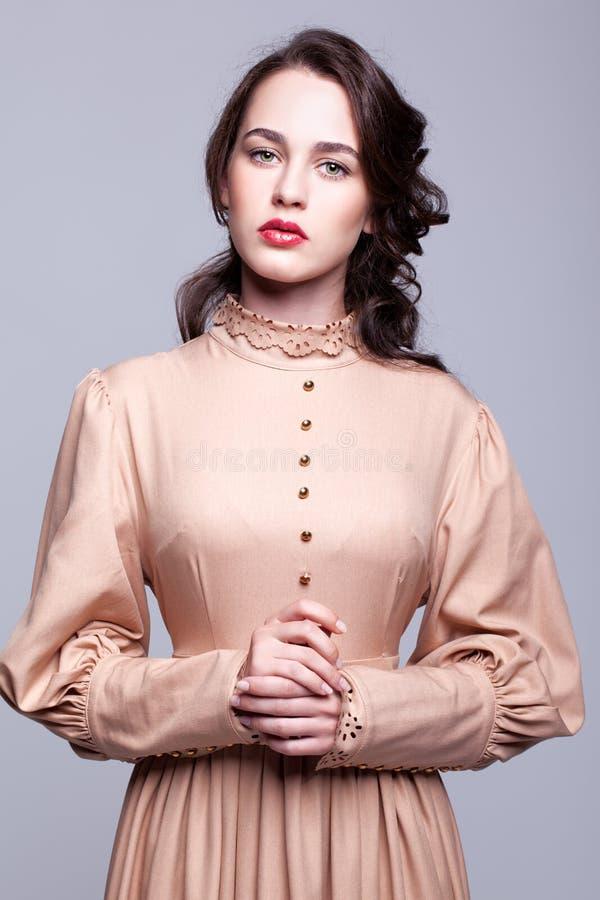 Porträt der jungen Frau im Retro- Kleid lizenzfreie stockfotografie