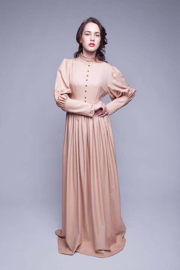 Porträt der jungen Frau im Retro- Kleid lizenzfreie stockbilder