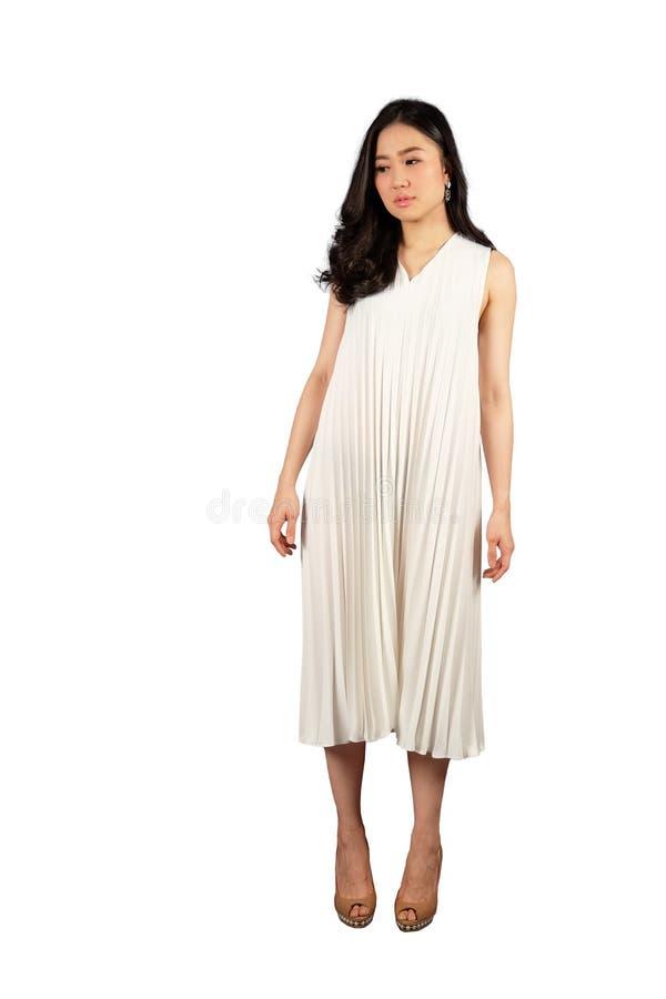 Porträt der jungen Frau im weißen Kleid stockbild