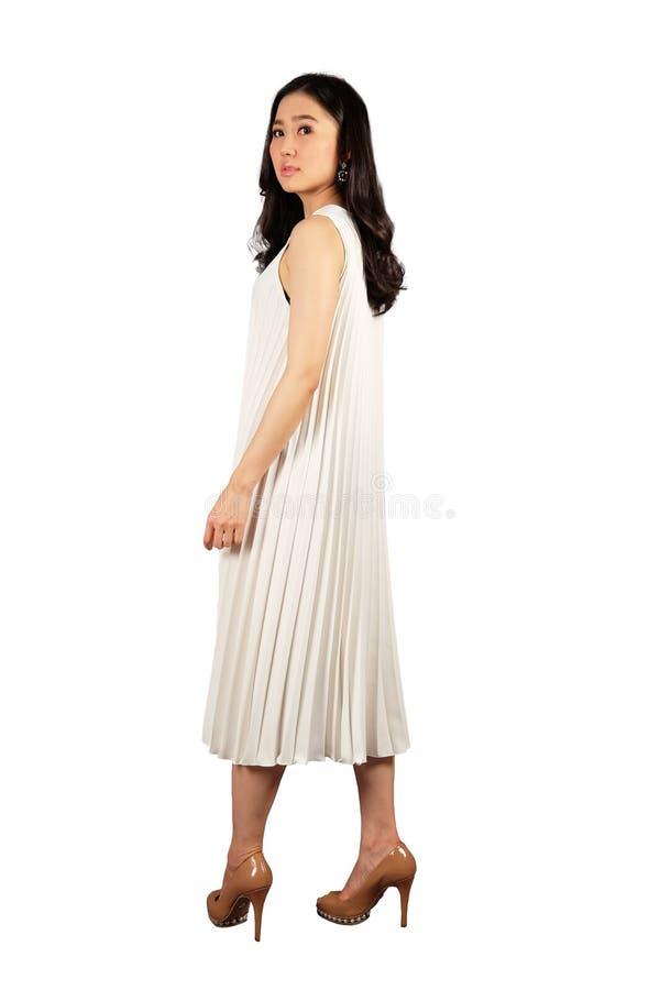 Porträt der jungen Frau im weißen Kleid stockfoto