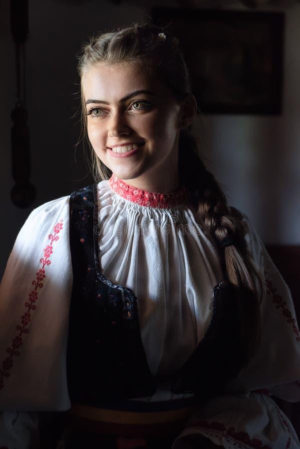 Frau In Der Rumänischen Traditionellen Kleidung Stockbild