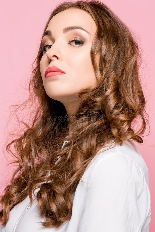 Porträt der jungen Frau lokalisiert arrogant in camera schauend lizenzfreies stockfoto
