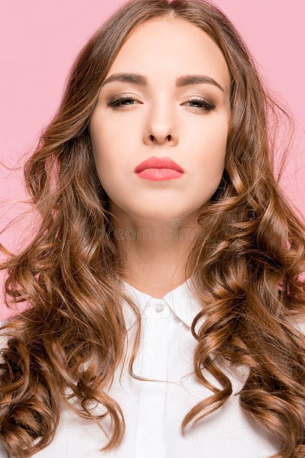 Porträt der jungen Frau lokalisiert arrogant in camera schauend lizenzfreies stockbild