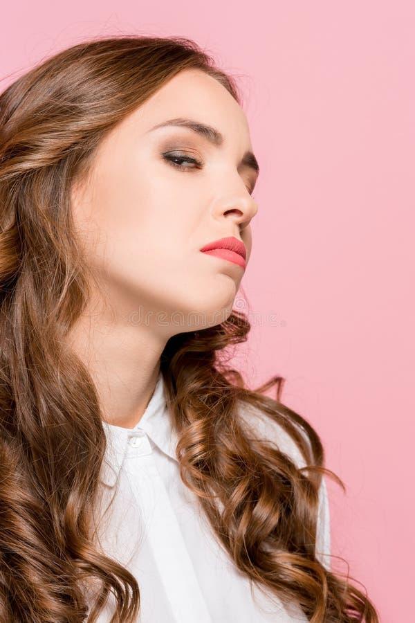Porträt der jungen Frau lokalisiert arrogant in camera schauend stockfotografie