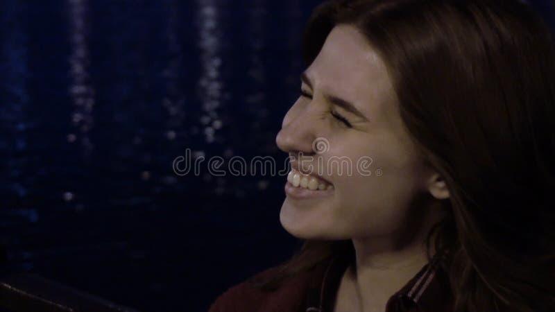 Porträt der jungen Frau mit dem Haar im Wind während Nachtzeitlupe Wickeln Sie im Mädchenhaar am Abend stockfotos