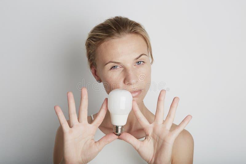 Porträt der jungen Frau mit elektrischem Licht mit leerem Hintergrund lizenzfreie stockfotos