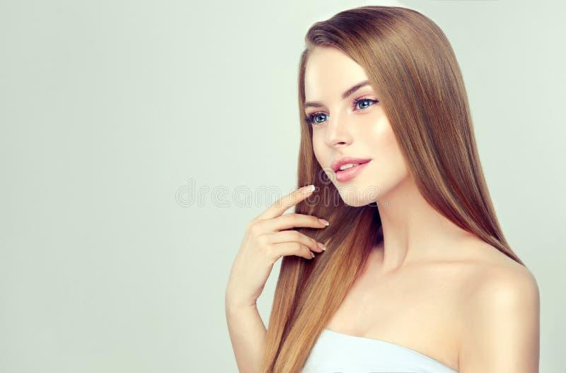Porträt der jungen Frau mit gerader, loser Frisur auf dem Kopf Hairdressingand-Schönheitstechnologien stockbilder