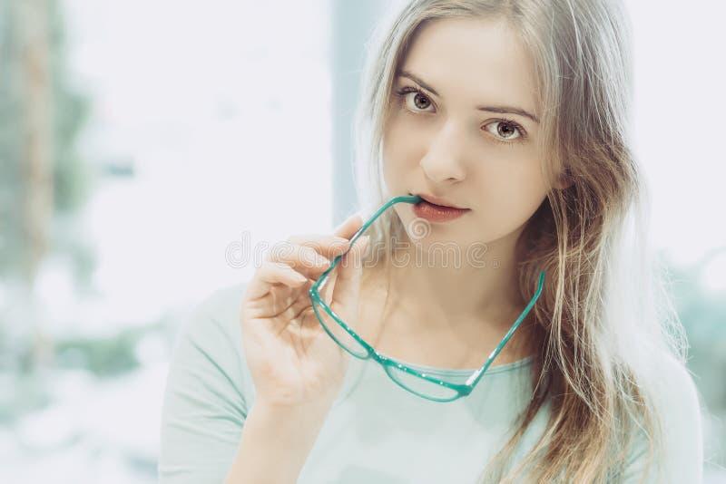 Porträt der jungen Frau mit Gläsern in der Hand stockfotografie
