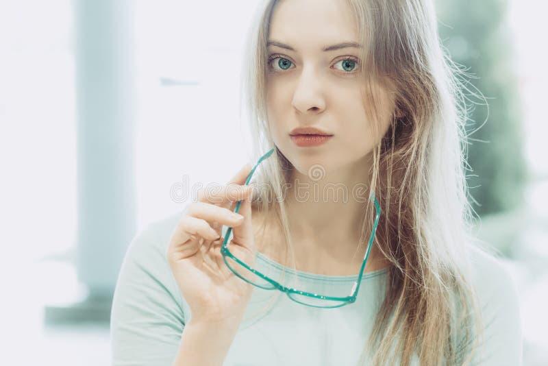 Porträt der jungen Frau mit Gläsern in der Hand lizenzfreies stockfoto