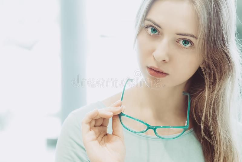 Porträt der jungen Frau mit Gläsern in der Hand lizenzfreie stockfotos