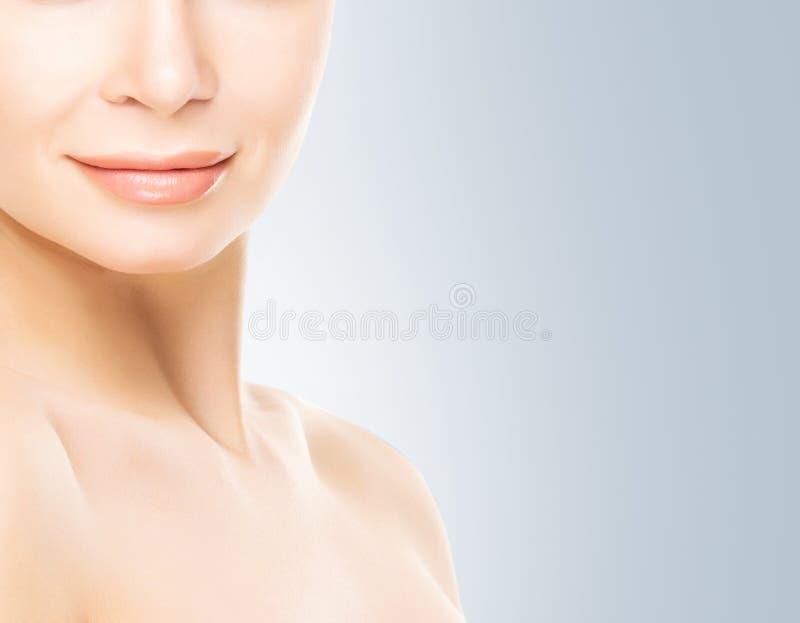 Porträt der jungen Frau mit glatter Haut stockbilder
