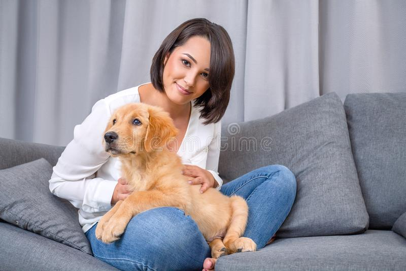 Porträt der jungen Frau mit ihrem Hund lizenzfreies stockbild